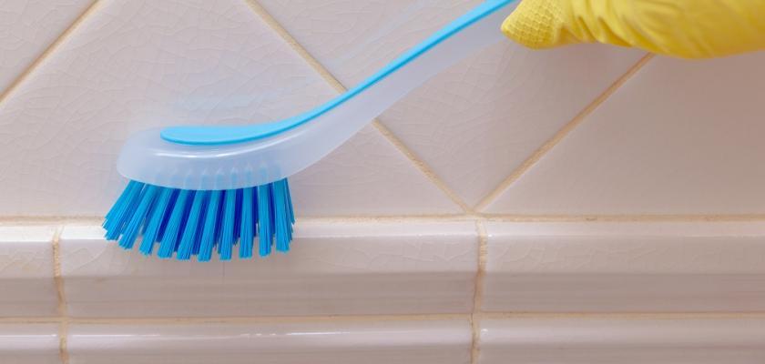 čištění spár v koupelně