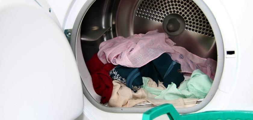 prádlo v bubnu sušičky