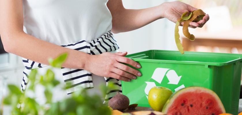 žena třídící bio odpad v kuchyni