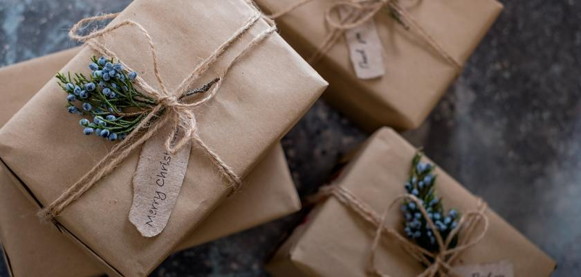vánočně zabalené dárky