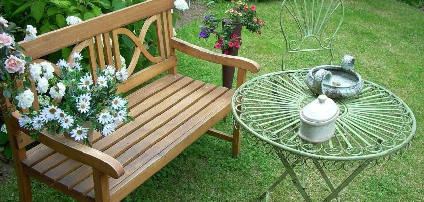 dřevěná zahradní lavička