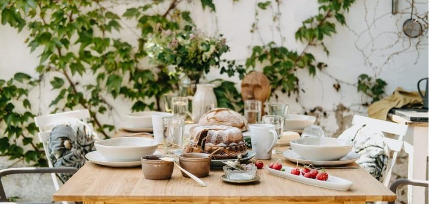 jídelní stůl z přírodního dřeva PR
