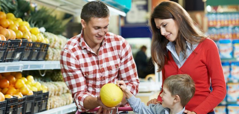 mladá rodina nakupující v supermarketu