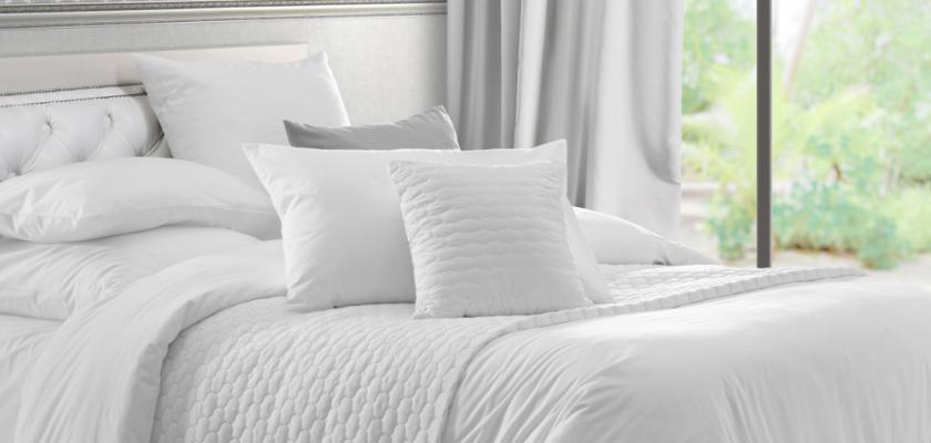 bíle povlečená postel