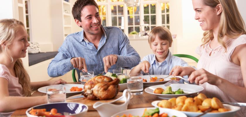 rodina u stolu