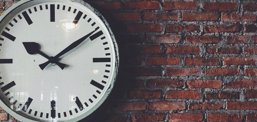 klasické analogové hodiny