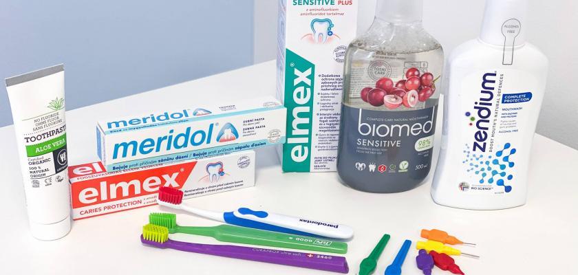 pomůcky na čištění zubů