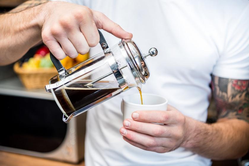 nalévání kávy z frenchpressu