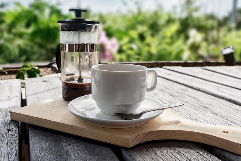 frenchpress a šálek kávy