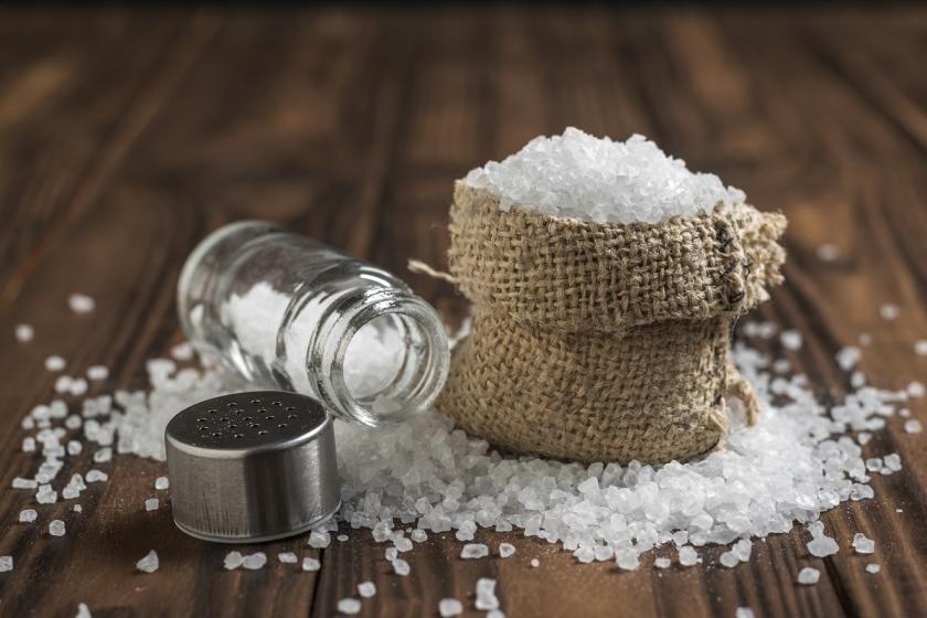 sůl na oblečení