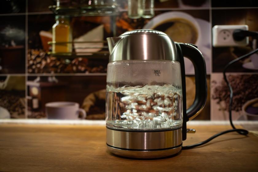 vařicí voda v rychlovarné konvici