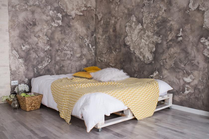 žlutý přehoz na posteli
