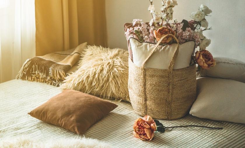 béžový polštář a sušené květy