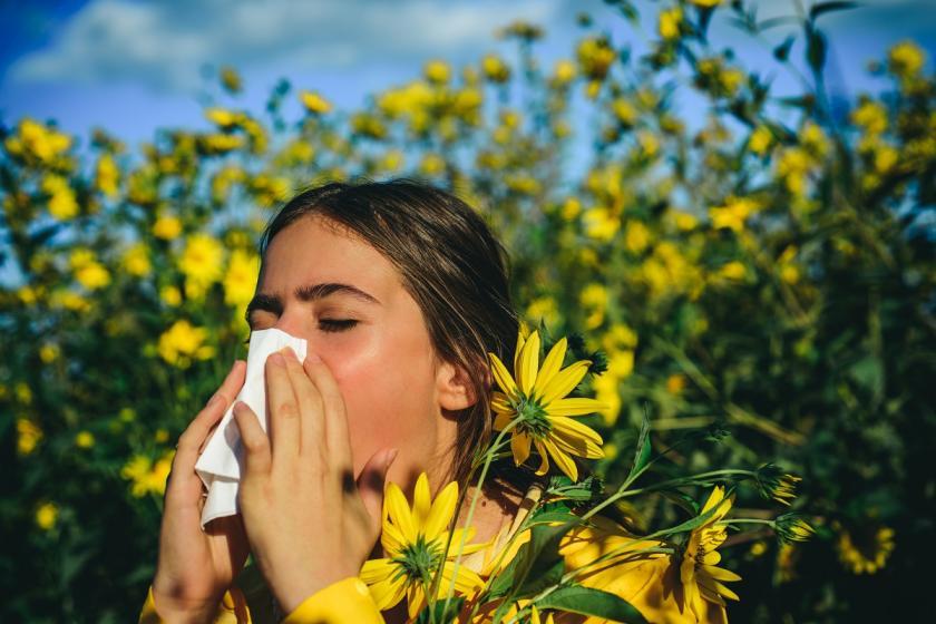 žena trpící sennou rýmou