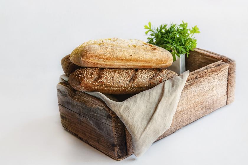 pečivo na dřevě