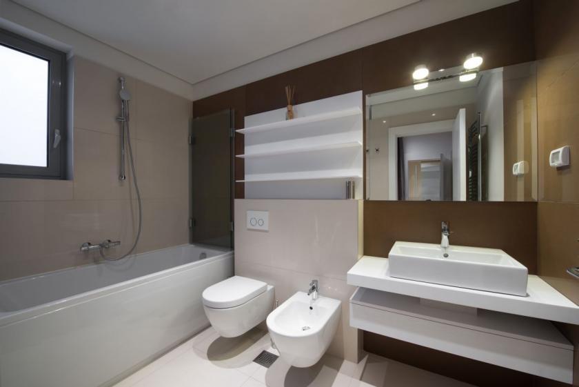 hnědo béžová koupelna