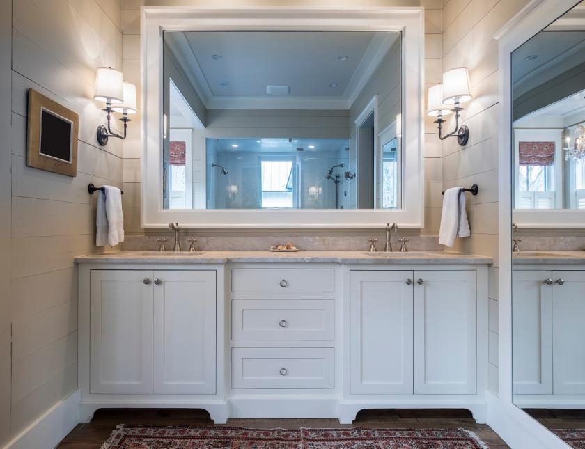 bílá koupelna se zrcadlem