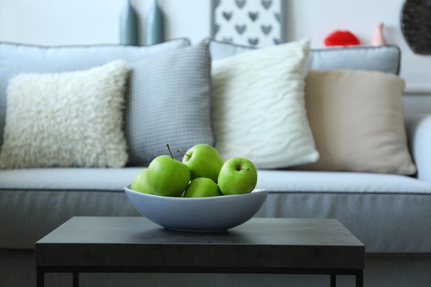 polštářky na gauči
