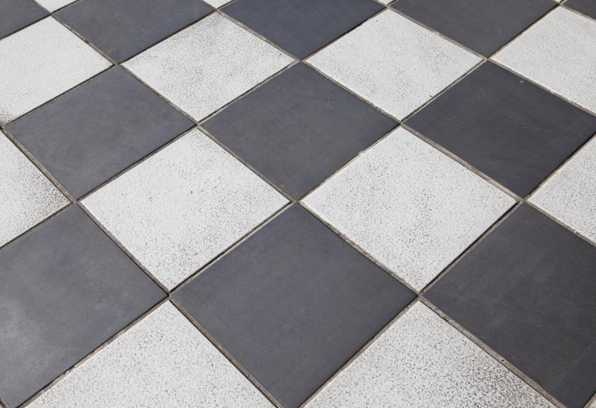 podlaha s černobílým vzorem