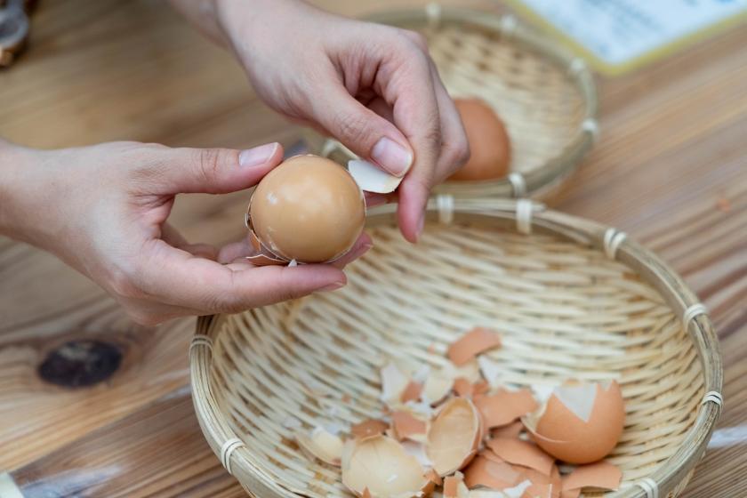 loupání vajec natvrdo