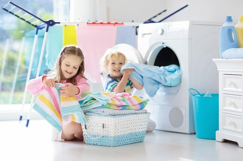malé děti u pračky