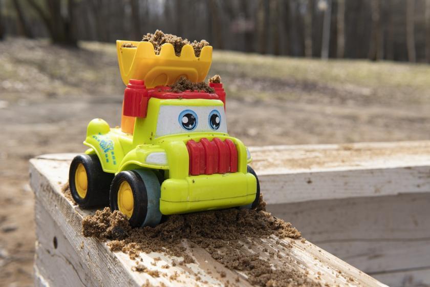 hračky v pískovišti