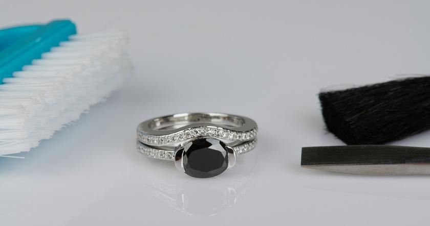 čištění šperků kartáčkem