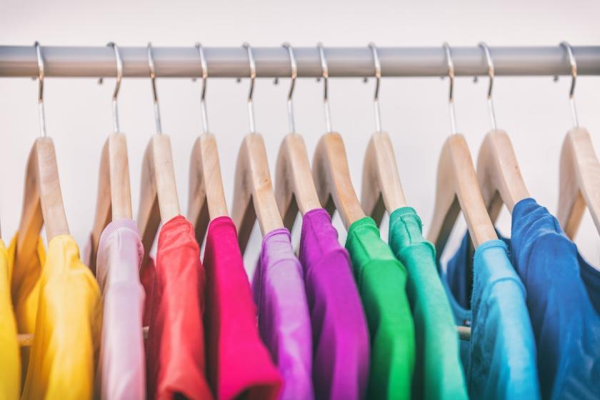 barevné prádlo na ramínkách