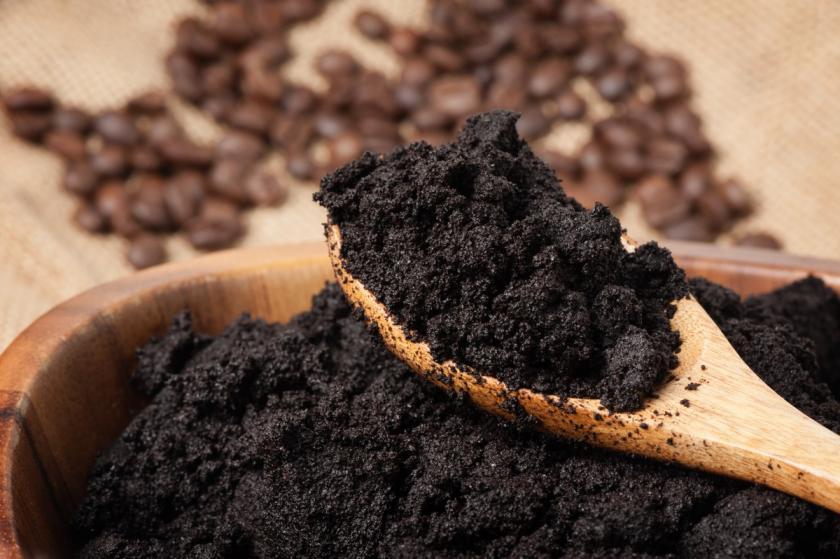 kávová sedlina na vařečce