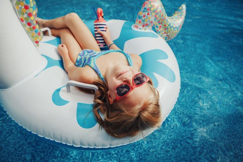 malé dítě v bazénu