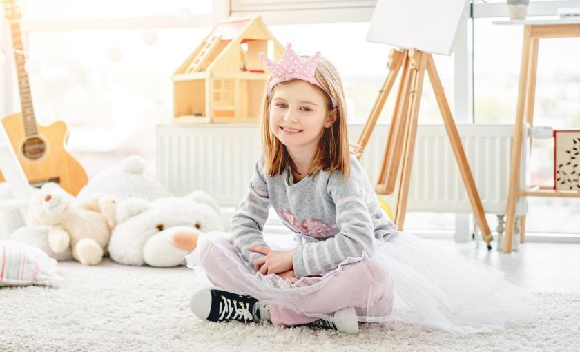 dívka v dětském pokoji