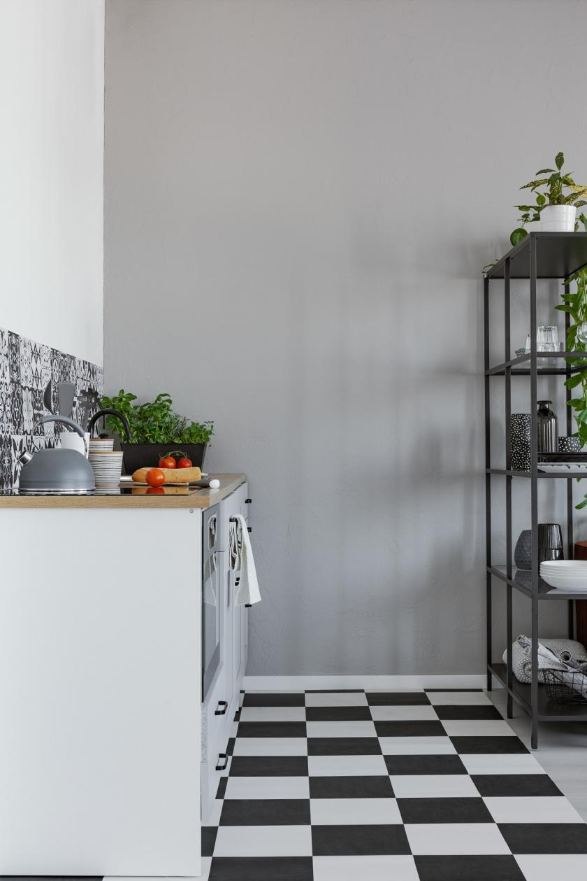 černobílá podlaha v kuchyni