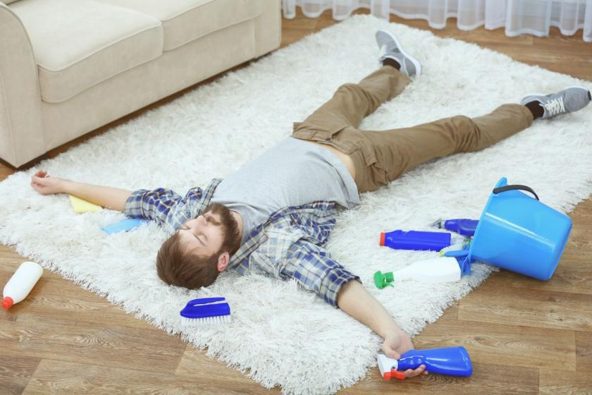 muž ležící na koberci