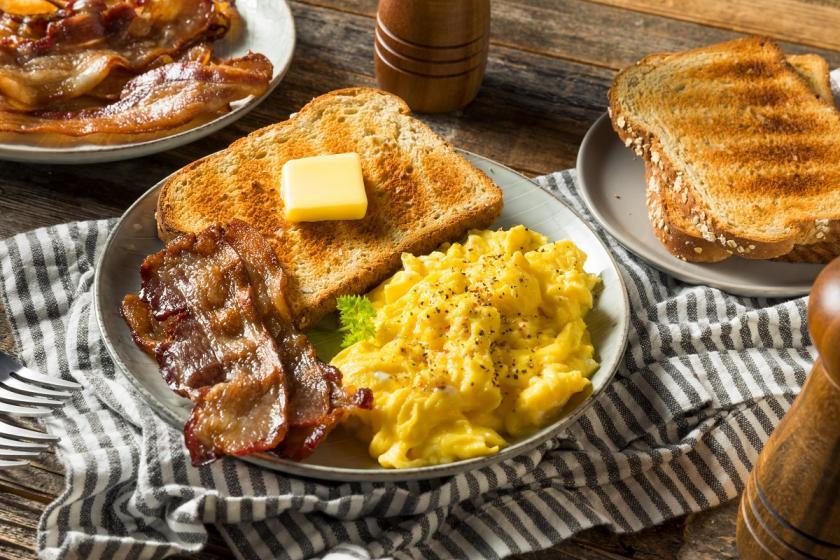 míchaná vajíčka s toastem