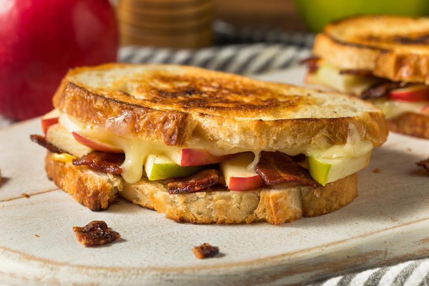 sendvič s jablky a se slaninou