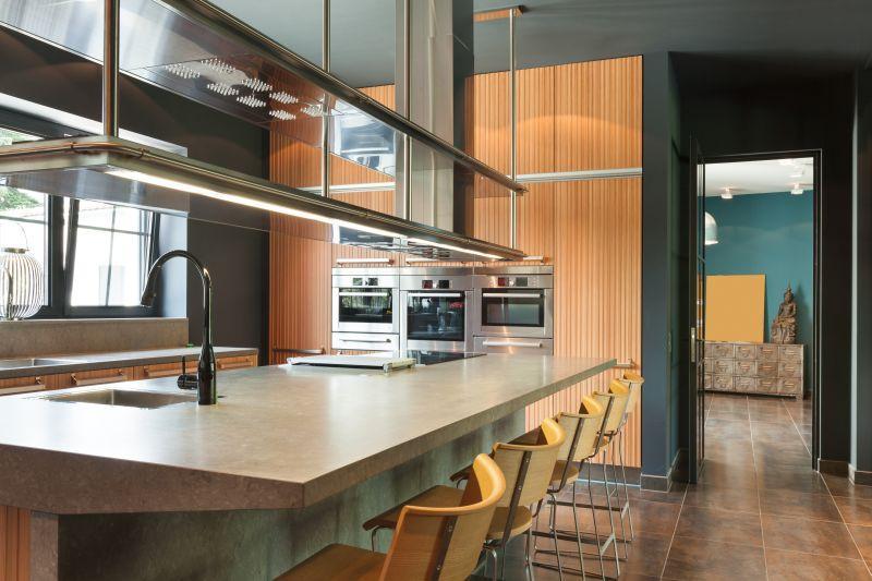 kuchyně v tmavých barvách