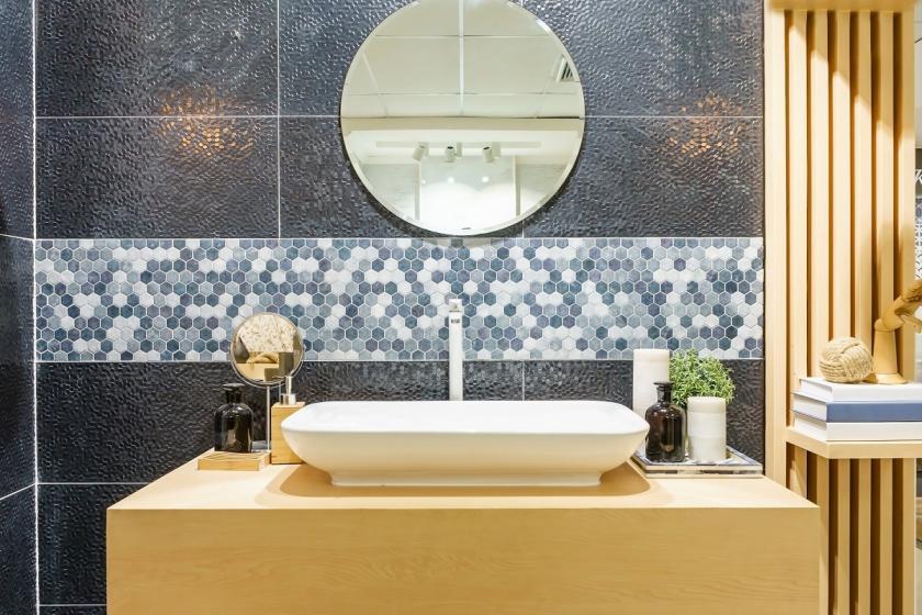 kulaté zrcadlo v koupelně