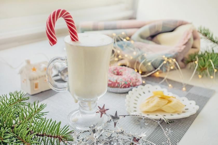 koktejl s vánočním lízátkem