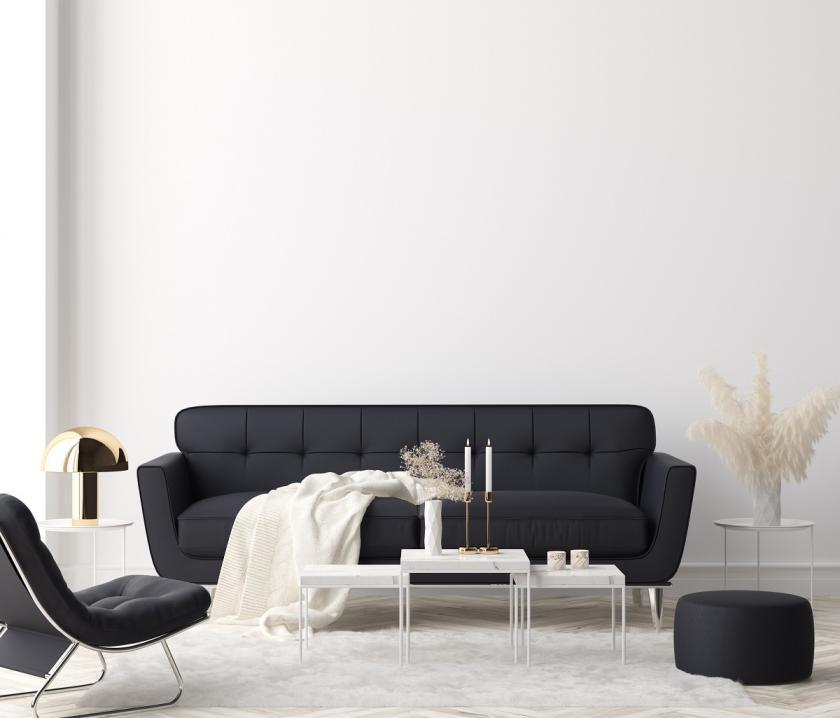 minimalistický interiér s černou pohovkou