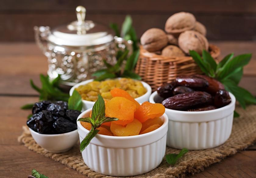 sušené ovoce v porcelánu