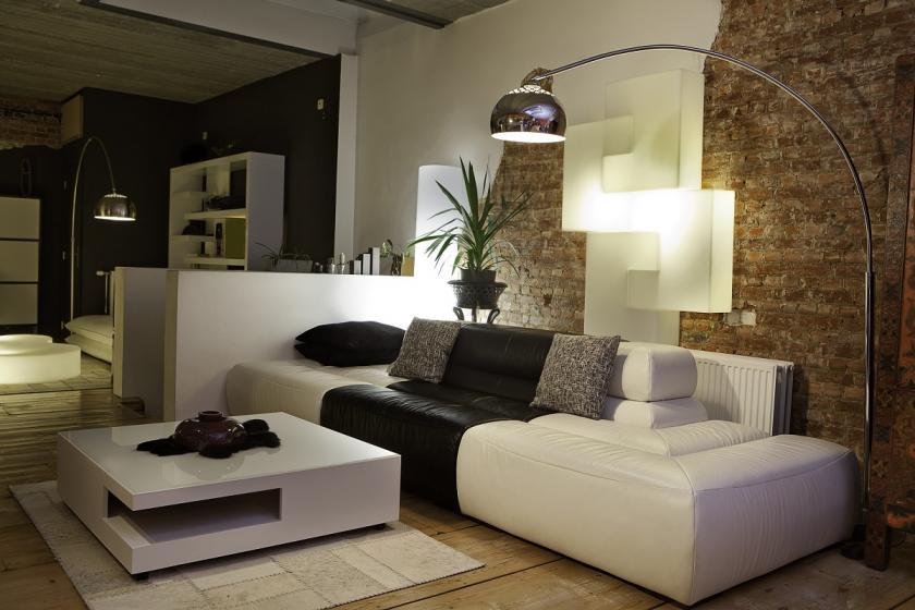 obývací pokoj s výraznou lampou