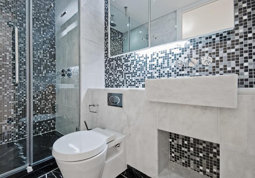 záchod a sprchový kout