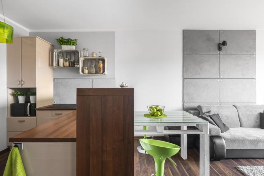 kombinace materiálů v malém bytě