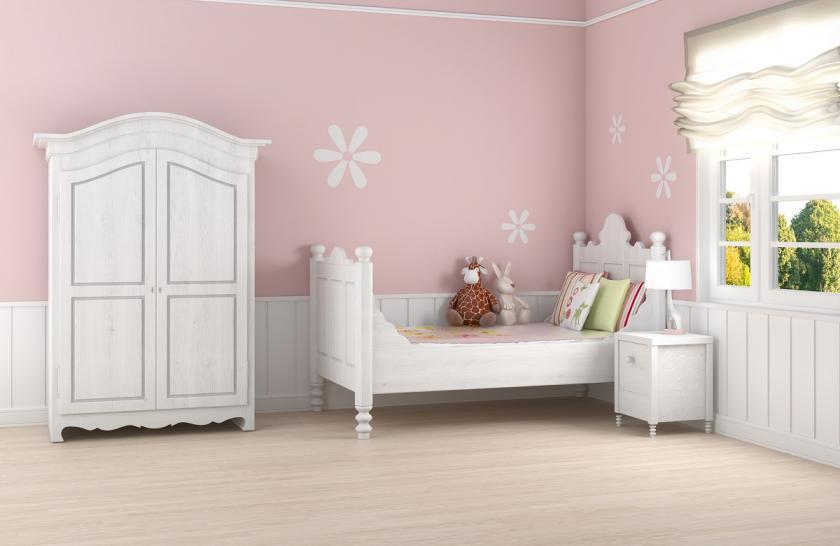 růžové stěny a bílý nábytek