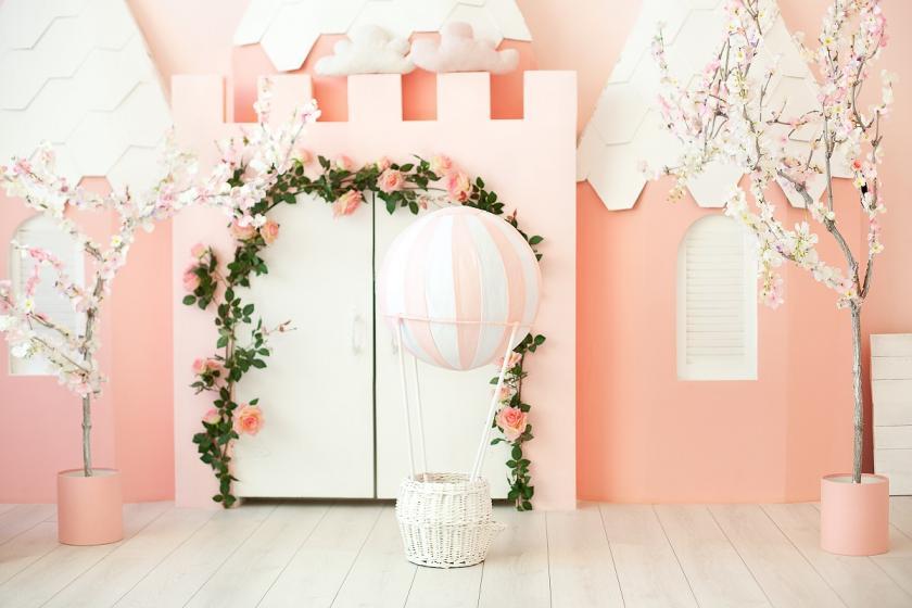 růžově vymalovaný pokoj
