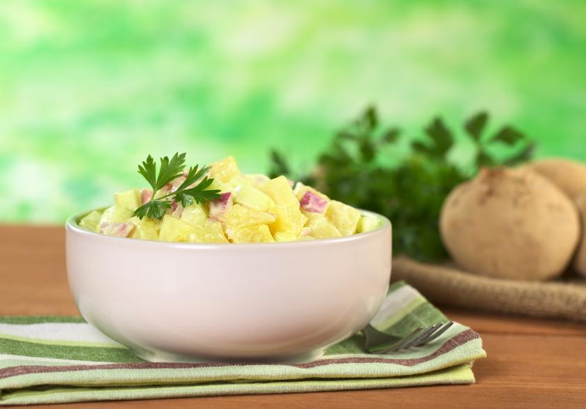 bramborový salát v misce