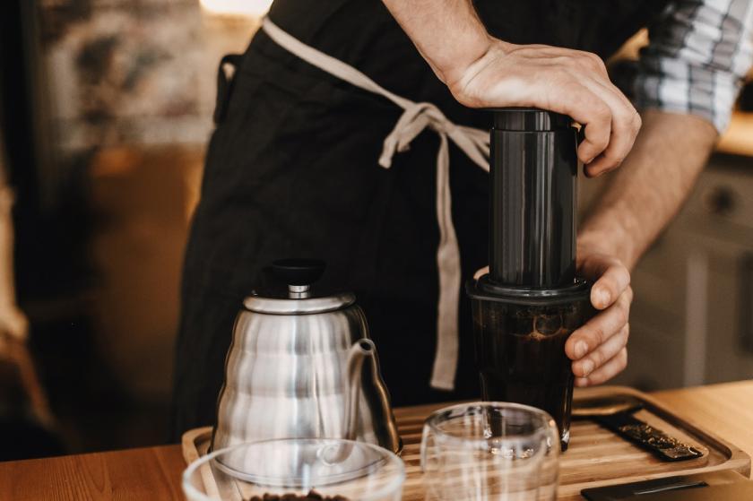 příprava kávy v aeropressu