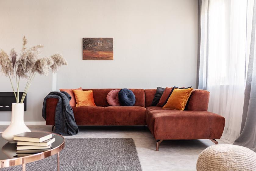 červenohnědý gauč