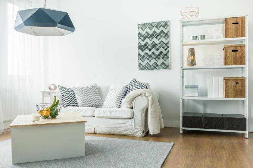 gauč s výraznými polštářky