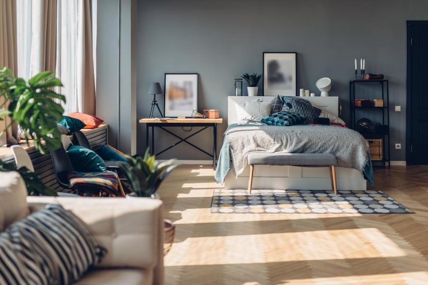 spaní v obývacím pokoji